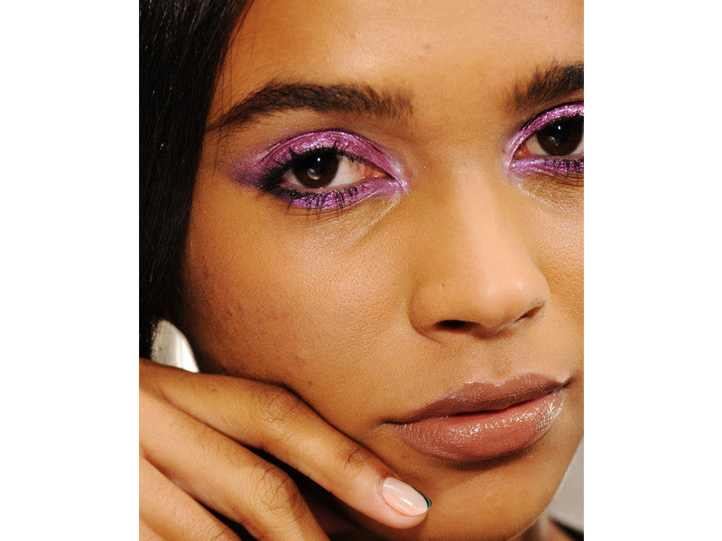 Glittery purple eye shadow for a contour