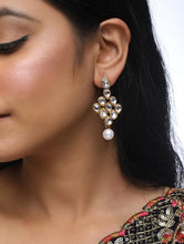 Load image into Gallery viewer, Kundan Tikka with Earrings - The Wedding Brigade