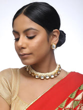 Load image into Gallery viewer, Off White Thread Work Kundan Set