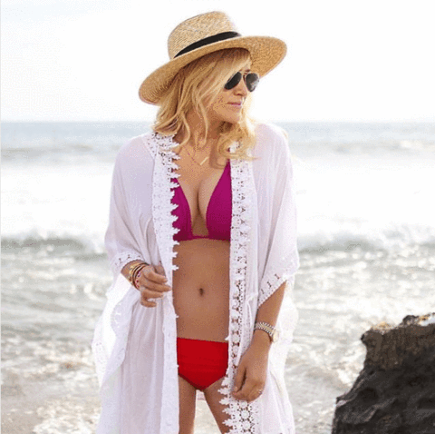Beach babe, @mystylediaries, expertly mixing and matching magenta and red.