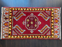 Load image into Gallery viewer, Vintage Turkish Rug, 20 in x 36.5 in