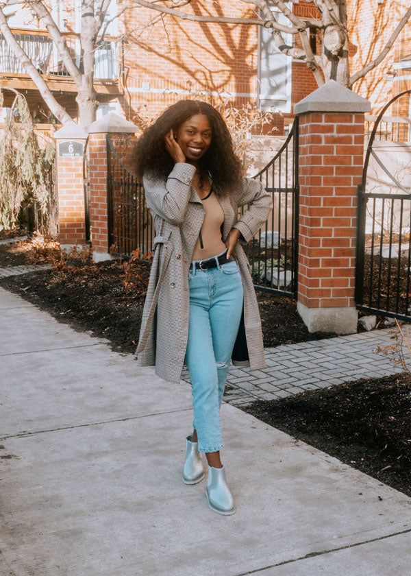 Influencer standing on sidewalk in jeans and trench coat wearing Cougar Kensington Rainshine Chelsea Boot in Mica