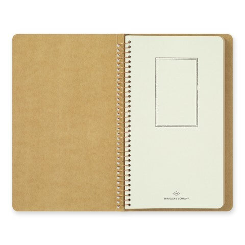 With the Traveler's Company Spiral Ring Kraft Paper Notebook, you have the ability to easily write and store mementos from daily life.