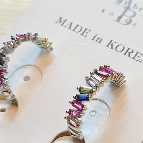 A close-up cut of a set of Korean Hoop earrings Rund Bunt is placed on amy bel Korea accessory tag.