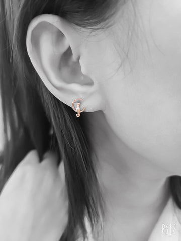 A piece of Korean earrings Loona Kitty 925 Silver in Rose Gold color is worn by a model..