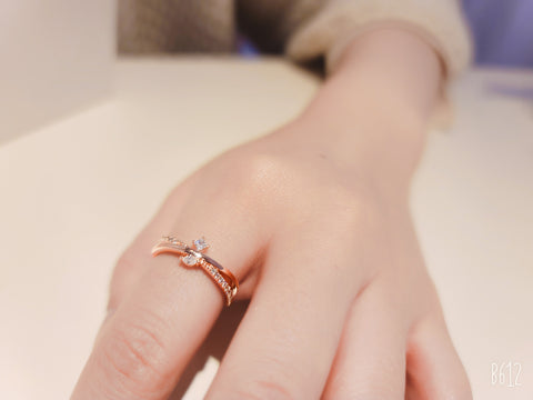 amy bel Korea ring Ribbon in 14KGP Rose Gold color is worn by a model.