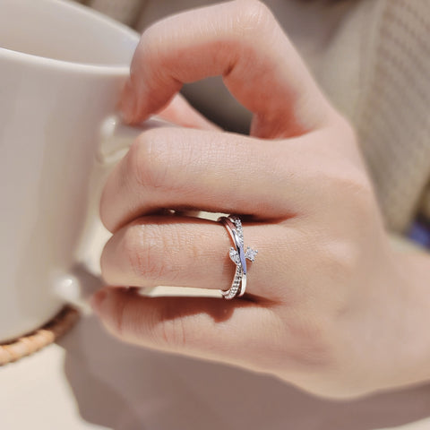 amy bel Korea ring Ribbon in Silver Rhodium color is worn by a model.