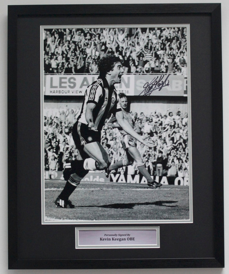 KEVIN KEEGAN PERSONALLY SIGNED PHOTO - NEWCASTLE DEBUT - CLASSIC FRAME