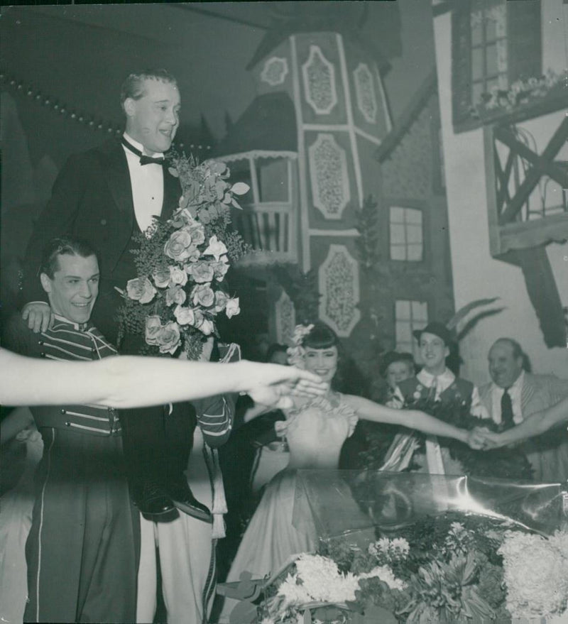 Max Hansen is celebrated by the ballet with flowers and ring dance at his 25th anniversary - Reprint