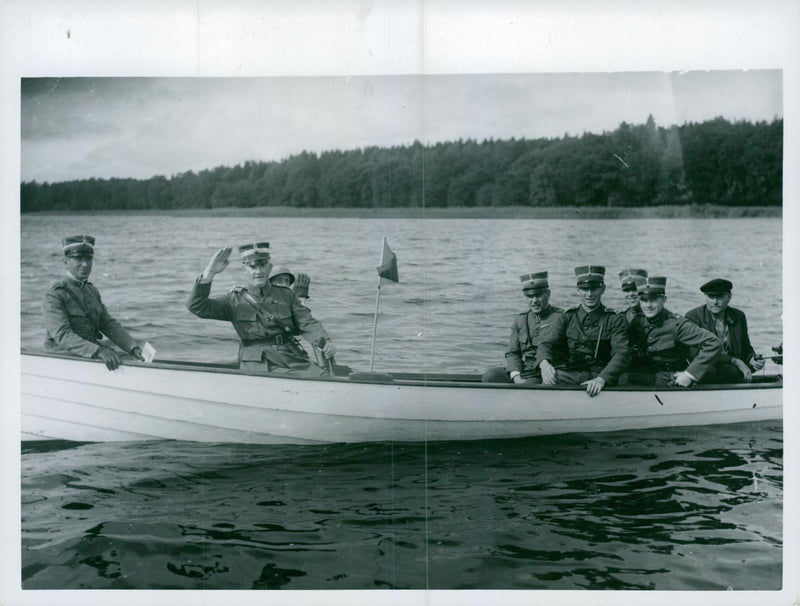 K.1 cavalry troops has boat practice at Skofjärden. - Reprint