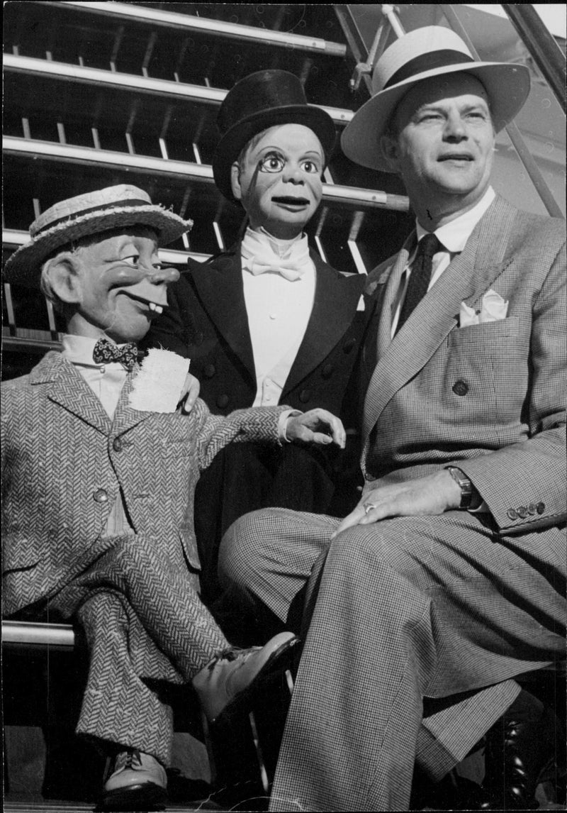 "Edgar Bergen arrives with ""Stockholm"" to Gothenburg together with his talking dolls Mortimer and Charlie MacCarthy - Reprint"