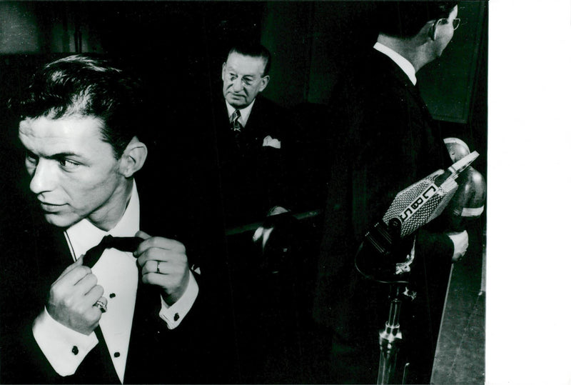 Frank Sinatra photographed in an appearance. Taken in the 1940s when he was in the twentieth century. - Reprint