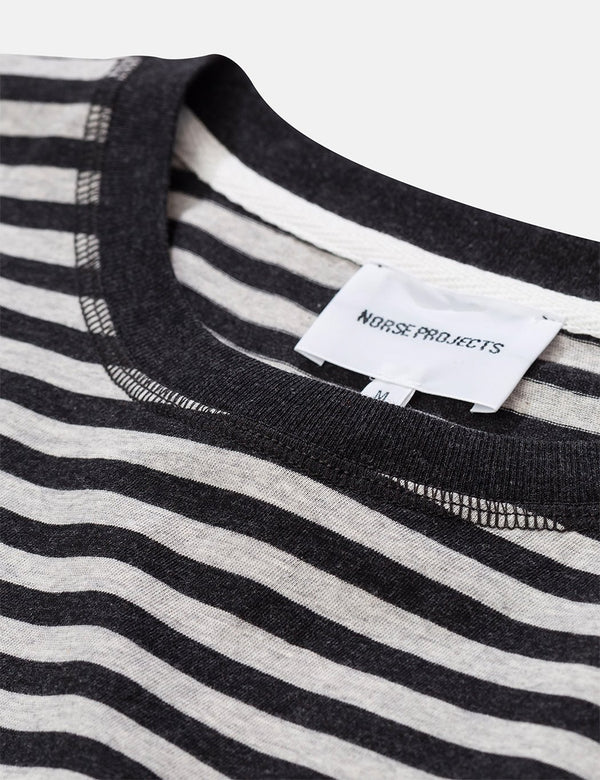 Norse Projects Niels Classic Stripe T-Shirt - Hellgraue Melange/Kohle