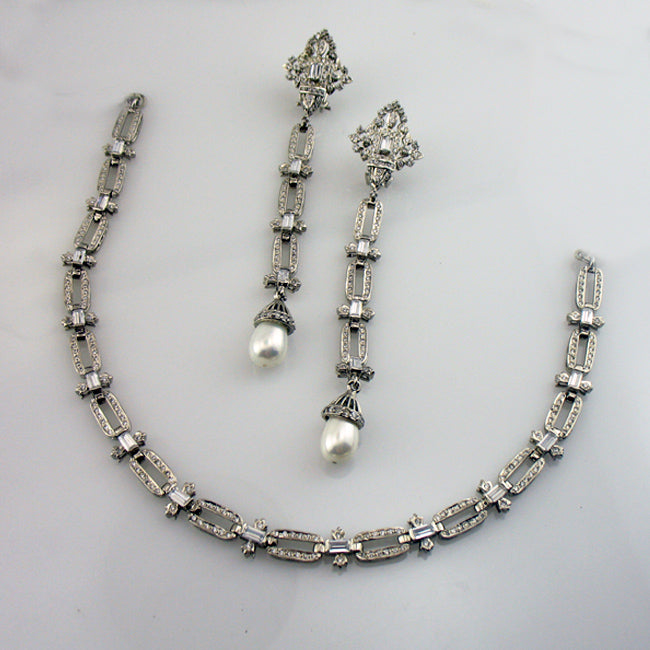 Necklace set in pearls-0