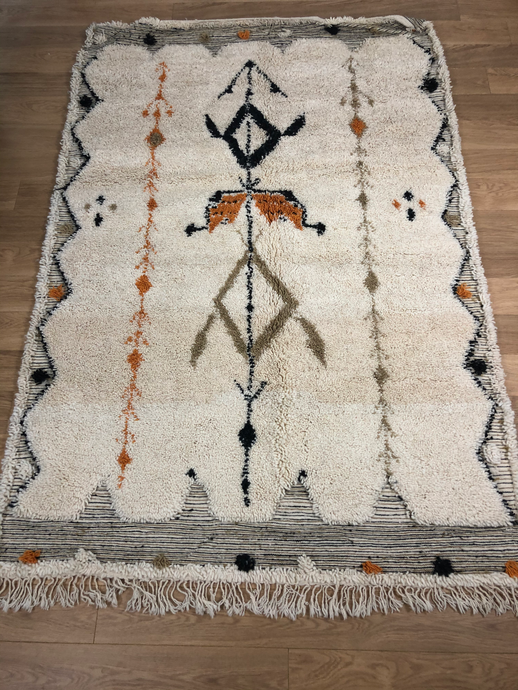 superbe tapis berbère  beni ouarain en laine vierge fait à la main dans les tons taupe blanc et orange La décoration d'Art et d'artisanat chez Latitude paris
