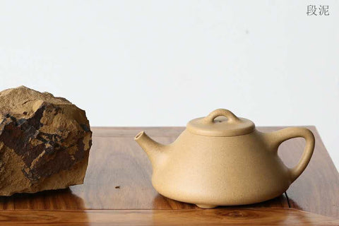 Duanni ore on the left and a duanni teapot on the right.