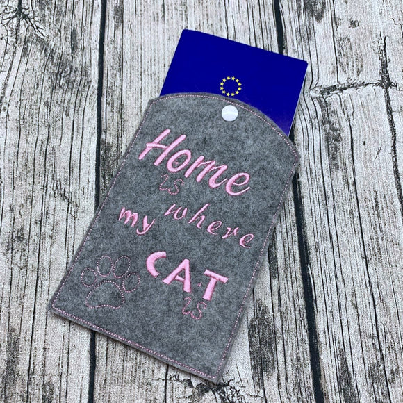 EU-Heimtierausweishülle - Home is where my cat is - Grau Rosa