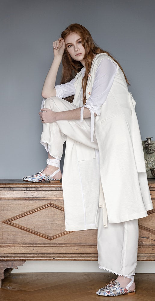 total ellementi look with white trousers