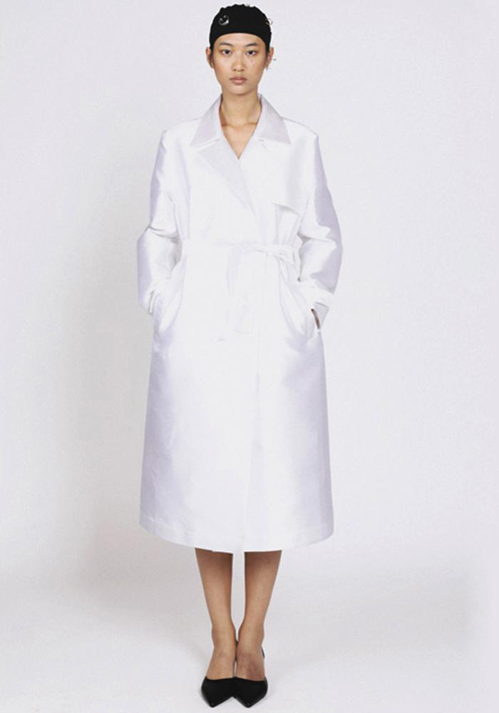 White trench coat knotted at the waist of Jing Yu
