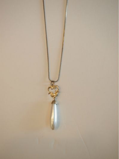 Pearly Elegance Vintage Necklace