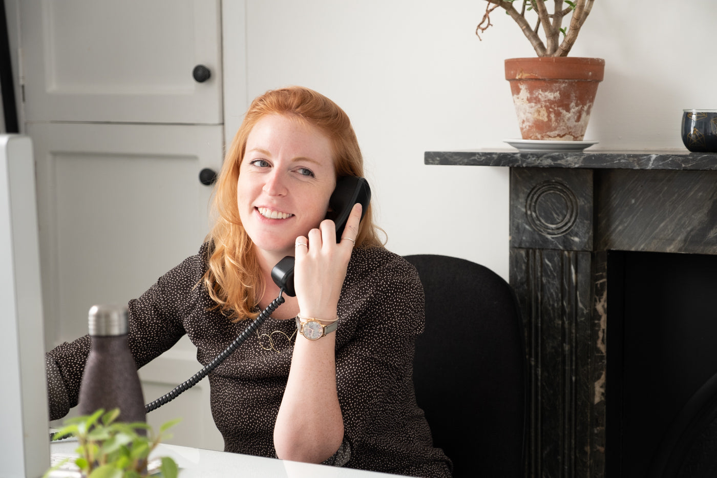 Lady_with_red_hair_smiling_on_the_telephone.jpg