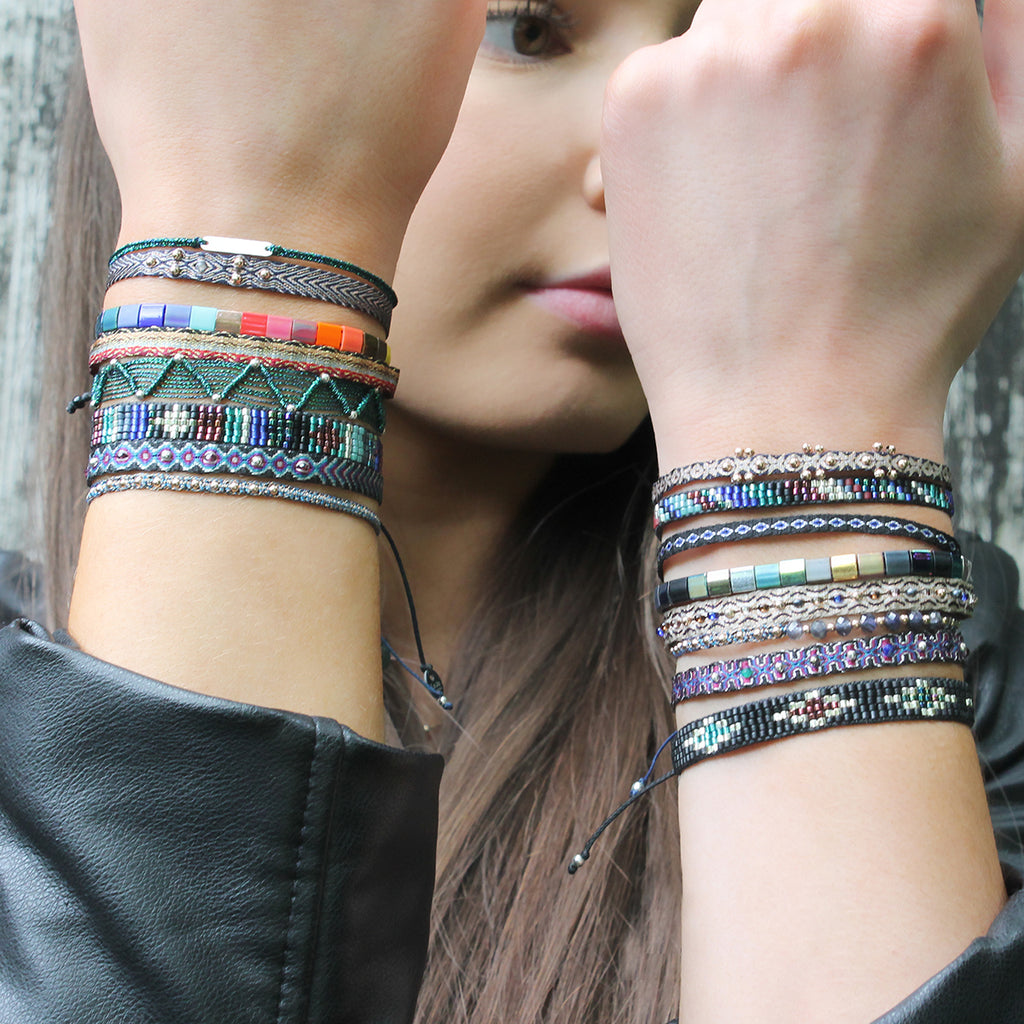 COLOURFUL HANDWOVEN BRACELET IN DARK TONES AND SILVER DETAILS