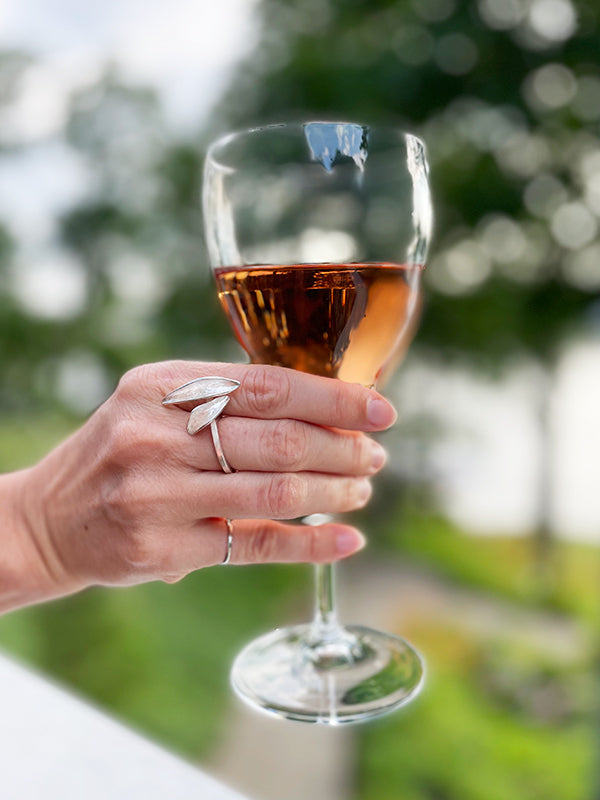 silver resilient ring with glass of rose