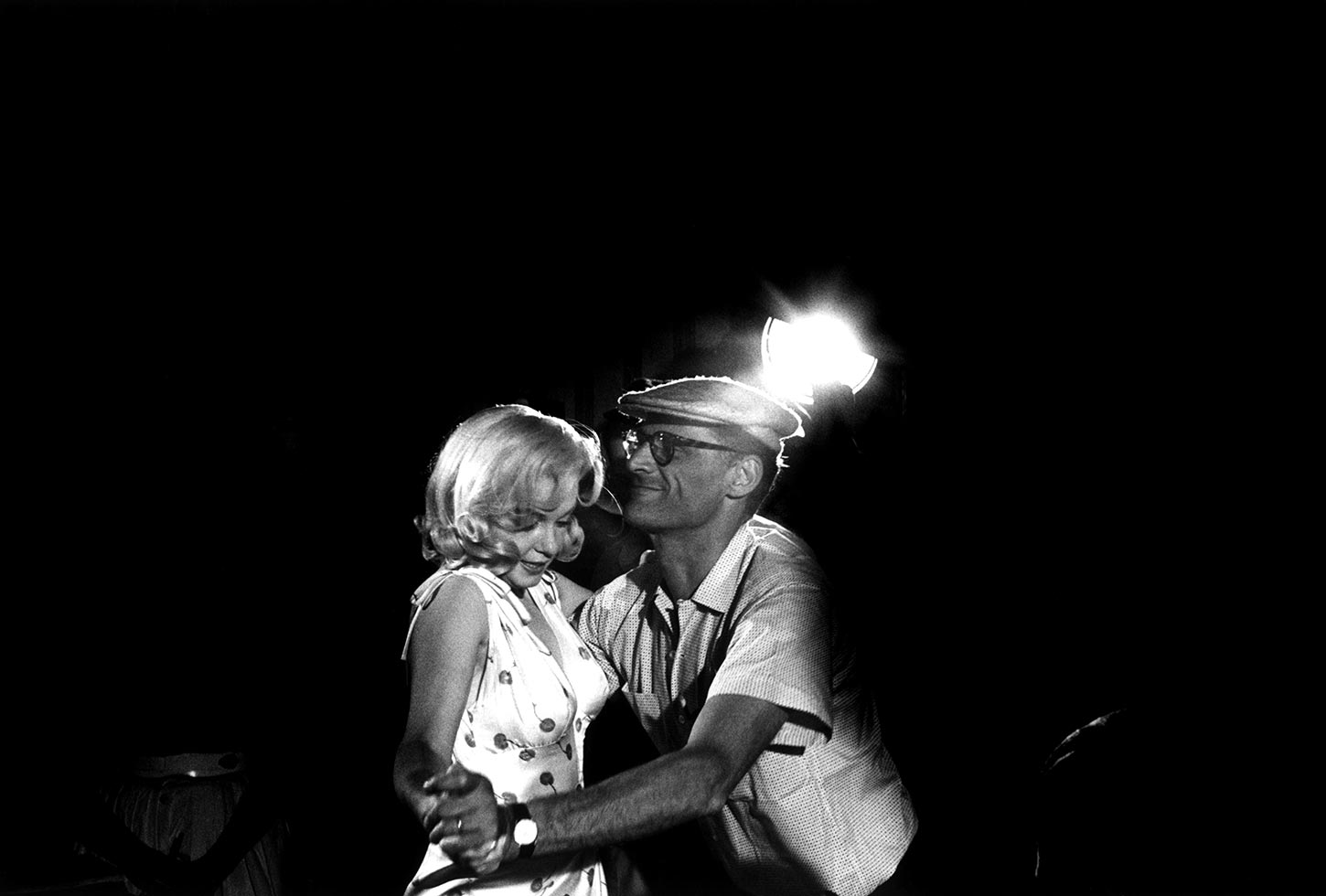 Marilyn Monroe with Arthur Miller, showing her dance steps. Nevada, USA. 1960.