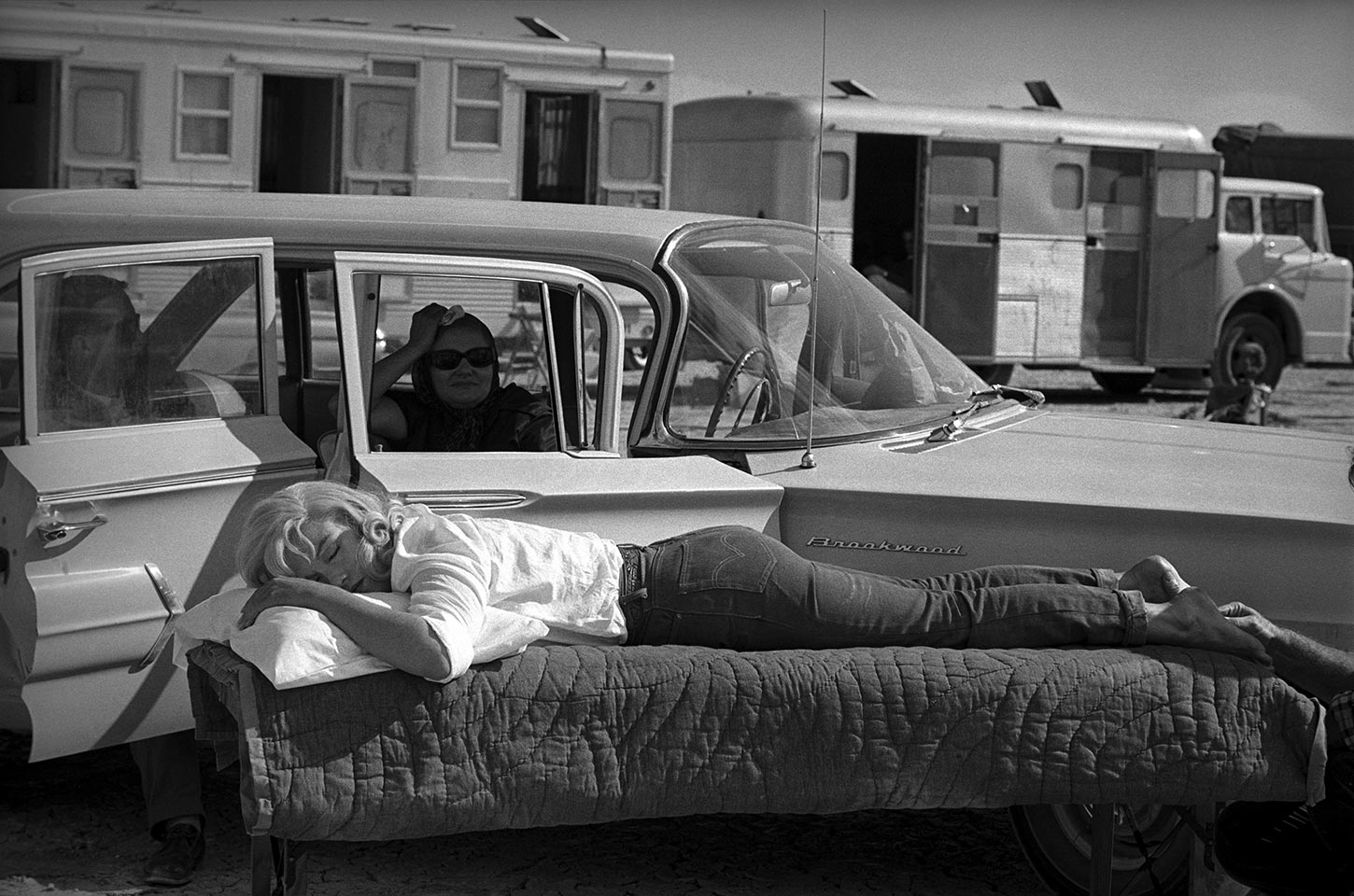 Marilyn Monroe rests between takes under the serveillance of Paula Strasberg on the set of The Misfits. Nevada, USA. 1960.