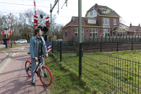 Tussen Station - Lisse - OUTRGS Men's Fashion - Sustainable Fashion - Mannenmode - Herenmode -Shirt - Printed Shirt - Fietstocht - Bike Ride