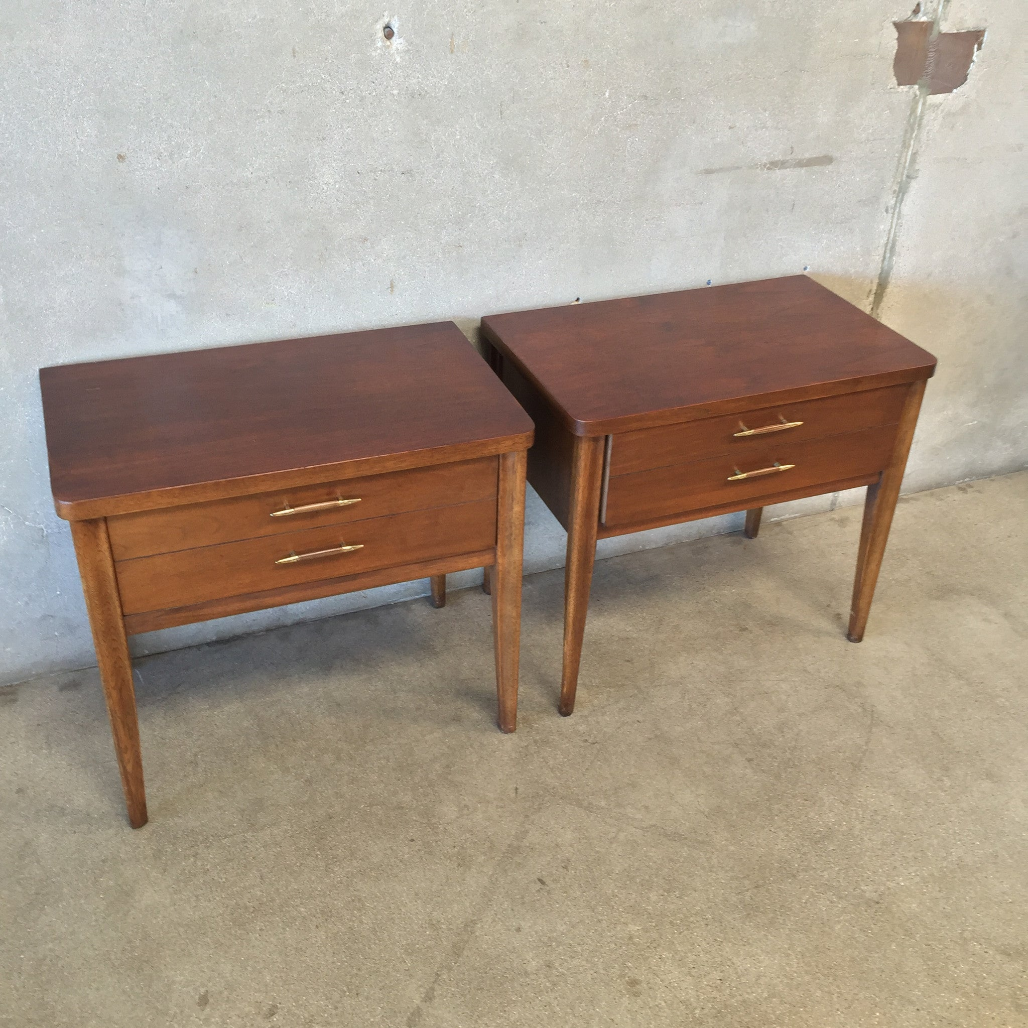 Pair of Mid Century Walnut Broyhill Side Tables – UrbanAmericana