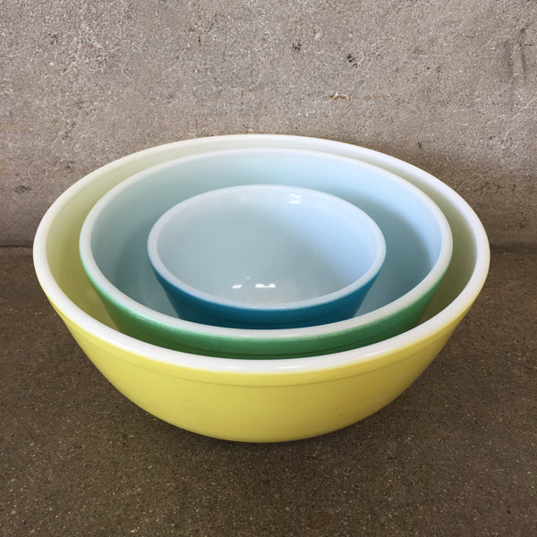 Set of Three Pyrex Nesting Bowls