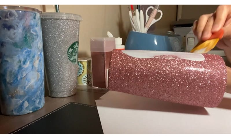 Adding glitters to a tumbler before sealing it without epoxy