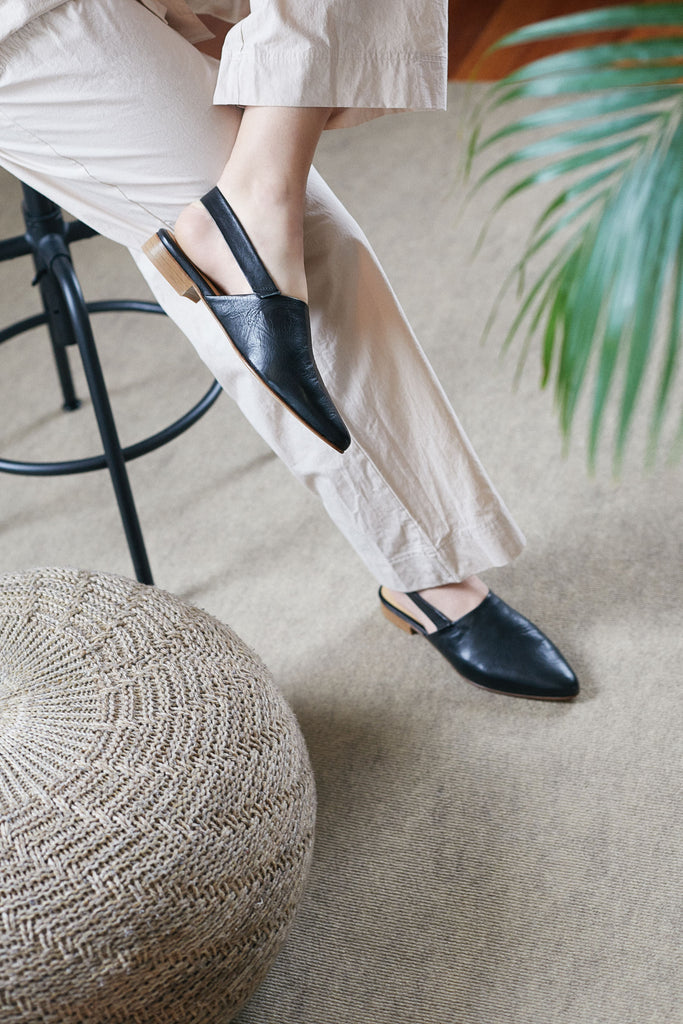Flat and pointed sandal with elastic