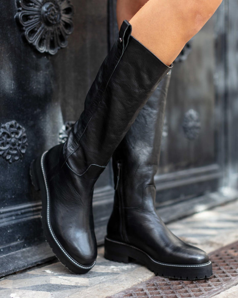 black boot flat in leather high ankle