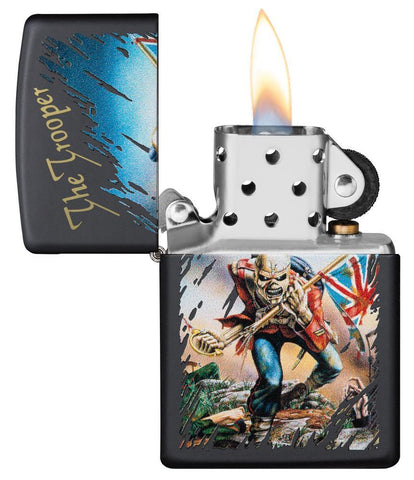 Zippo-aansteker zwart Iron Maiden Single Cover The Trooper open met vlam