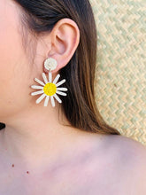 Load image into Gallery viewer, Daisy flower Earrings