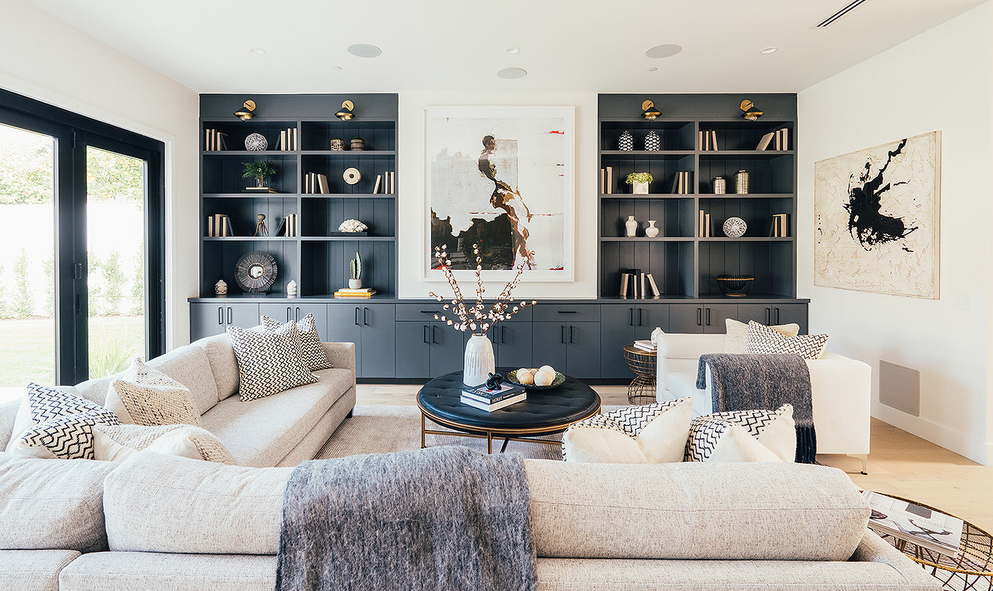 White and black living area/Photography: Courtesy of Meridith Baer Home/This crisp white and black themed living space is designed to help sell the home.