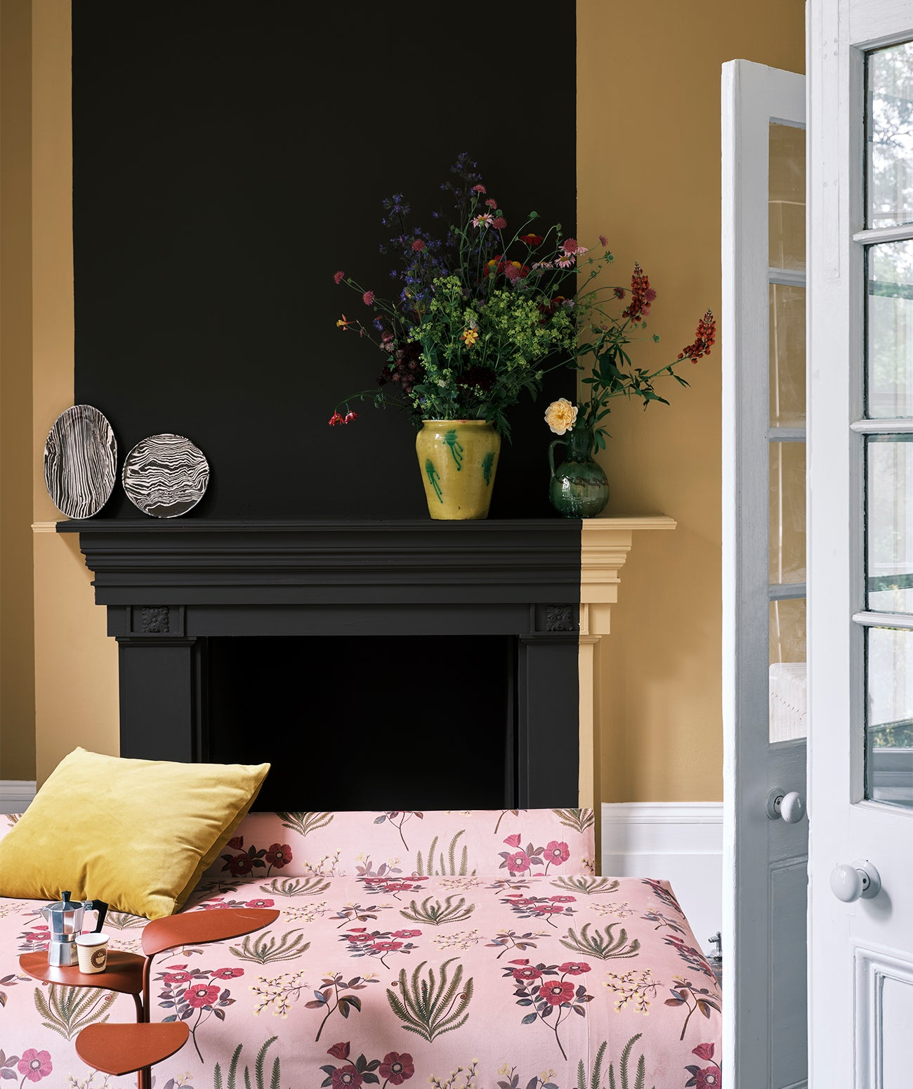 A deep yellow room featuring botanical print fabrics/Photography: Farrow & Ball/Farrow & Ball's deep Cola and camel Cane hues are paired here with Botanical Flora and Cotton Velvet fabrics.