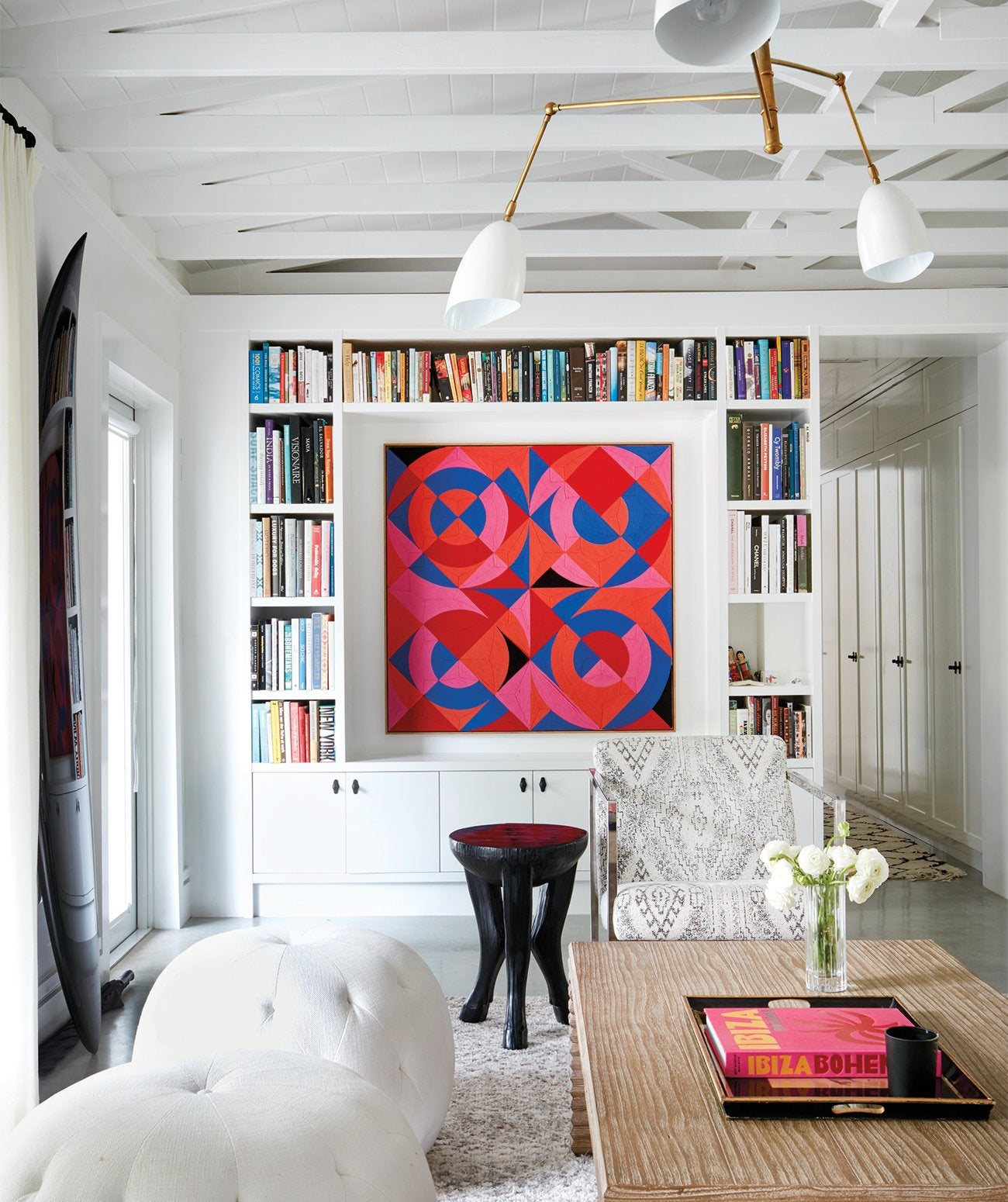 A white living space with bright decor/Photography: Mark Roskams/James Duncan Inc. designed this midcentury library for a home in Key Biscayne, Florida.