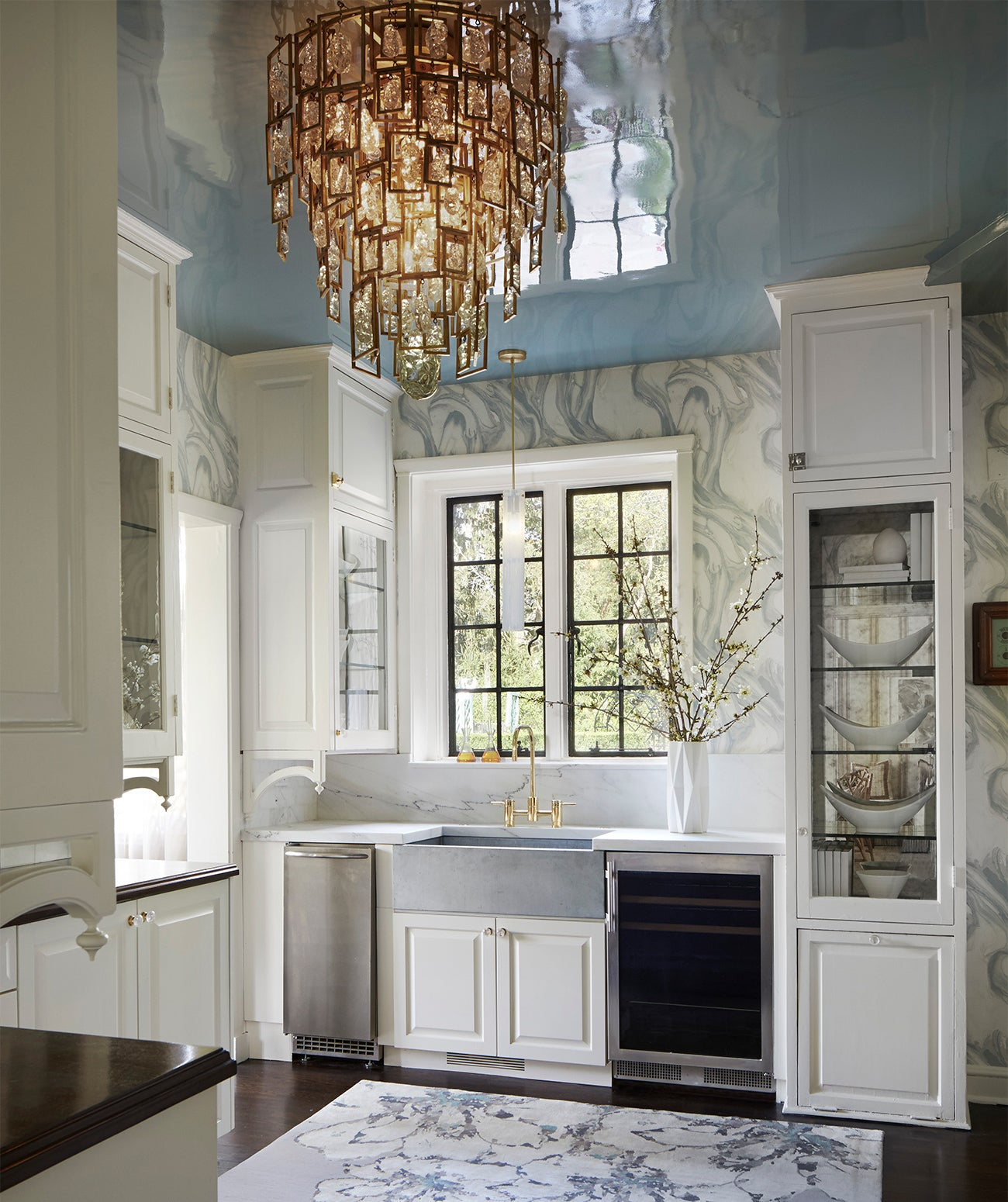 A spacious kitchen with light blue wallpaper/Photography: Amy Kartheiser Design/A kitchen with pale wallpaper feels airy yet welcoming.