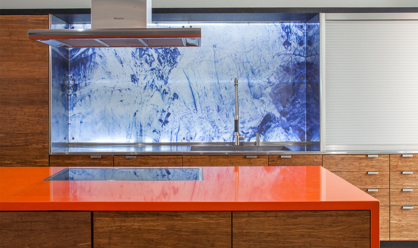 A blue and white backsplash in a minimalist kitchen/Photography: Art Gray/A bright, and efficient, kitchen maximizes storage and provides pops of color.