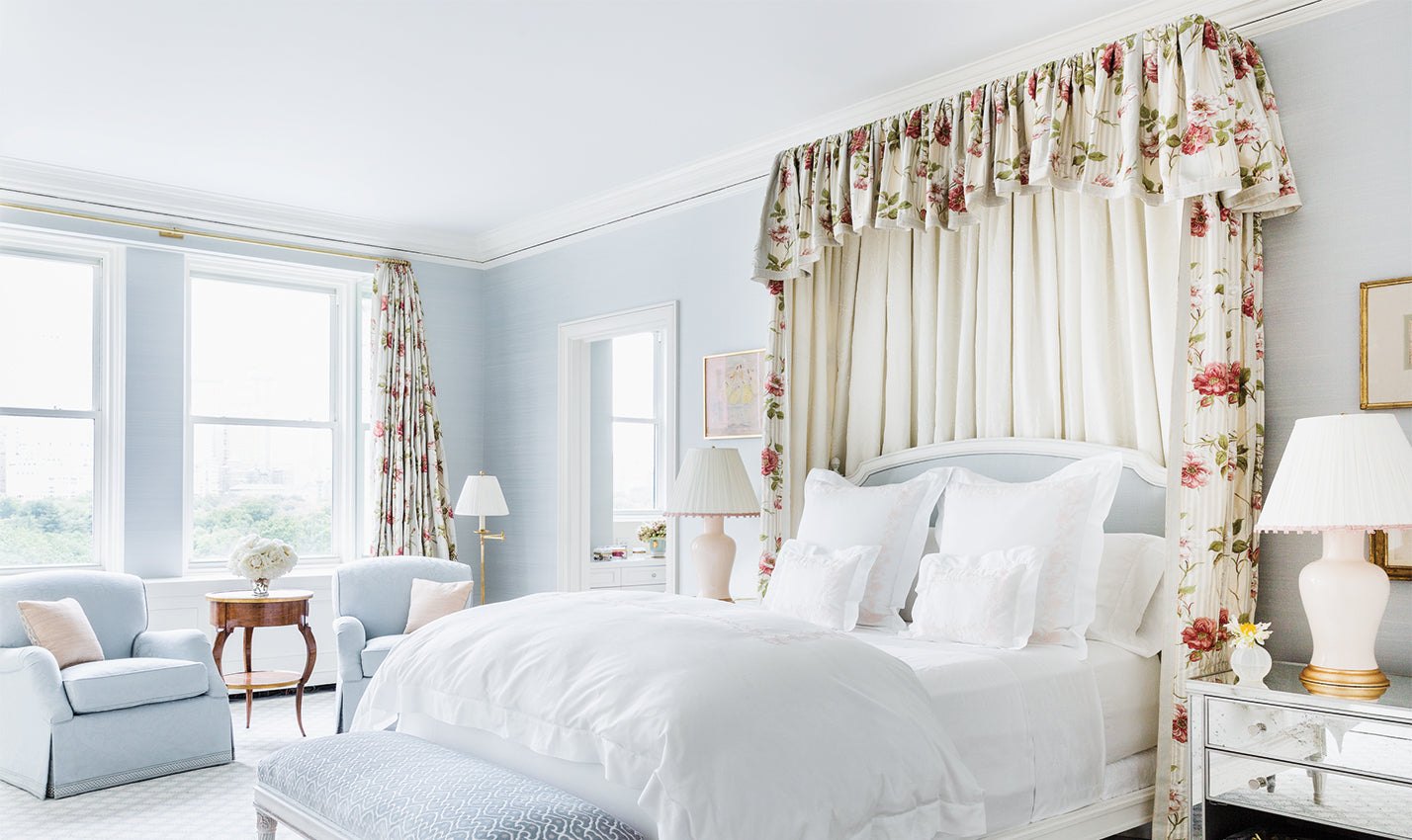 A pale blue bedroom/Photography: Leslie Unruh/A pale blue bedroom designed by CeCe Barfield Inc. lets the accents do the talking.