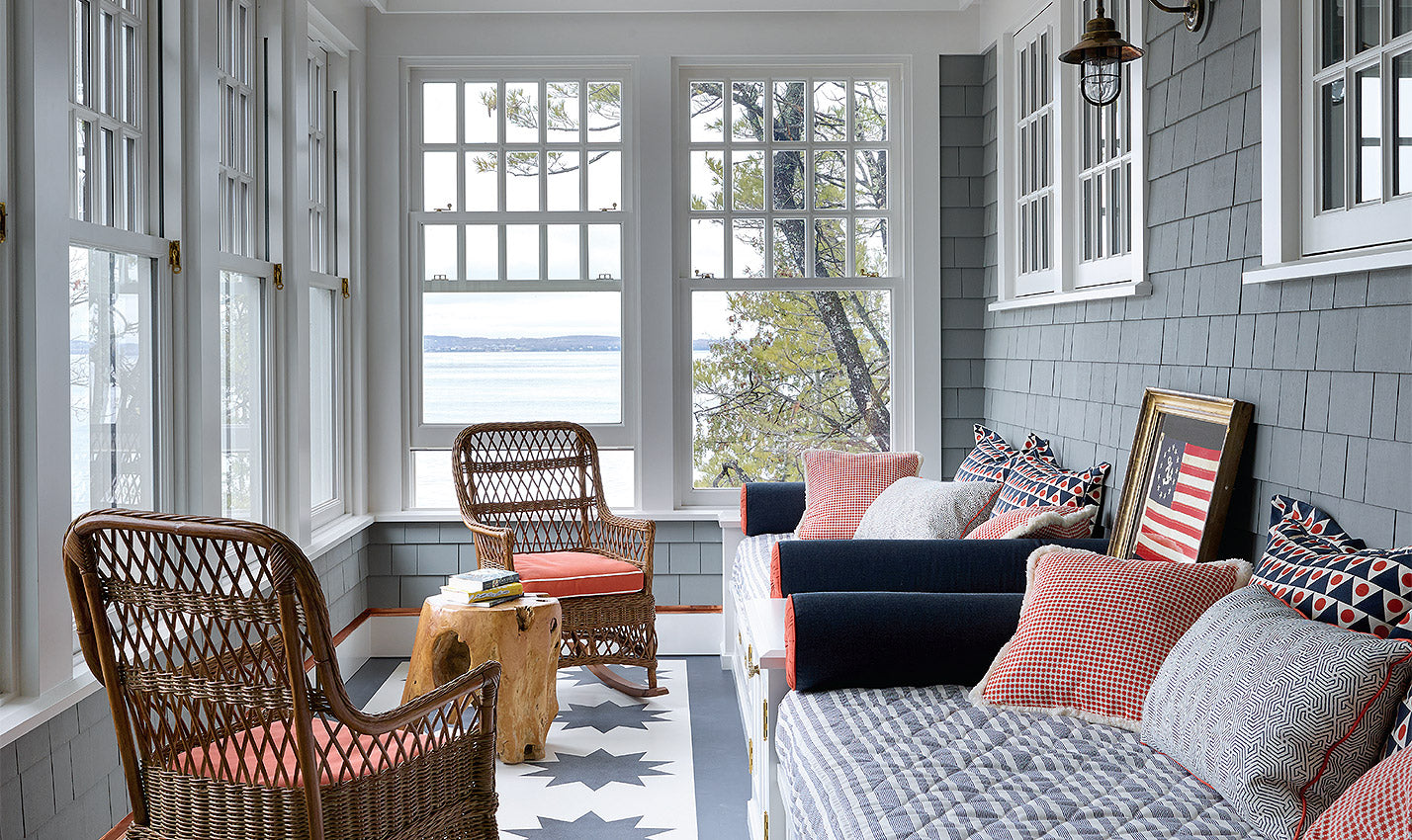 An American-flag themed patio/Photographer: Richard Powers/Designer Frank Ponterio's Lake Michigan vacation home design puts the outdoors first.