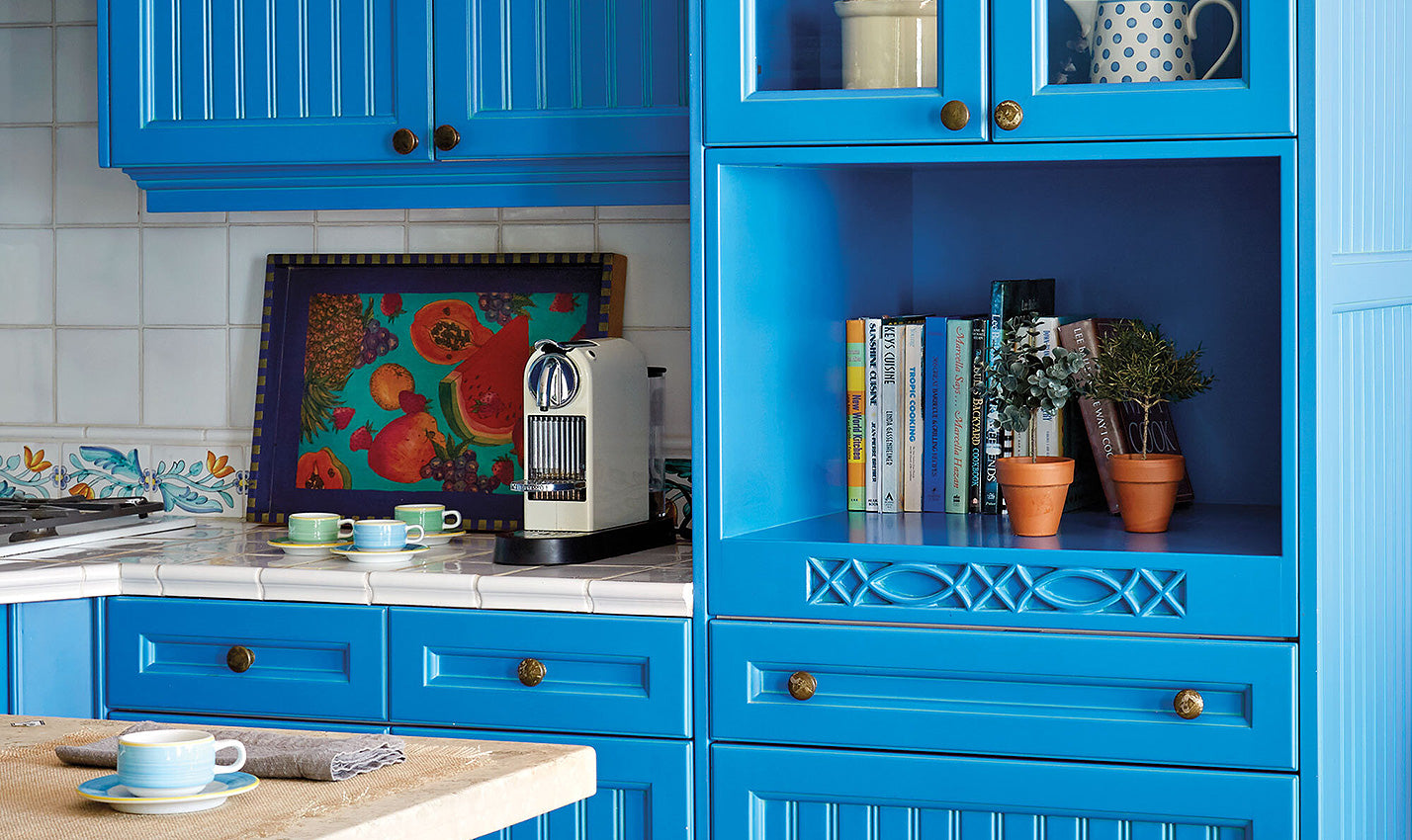 Bright blue kitchen cabinetry/Photographer:Mark Roskams/Bright cabinets in a Florida Keys home designed by Joe Nahem of Fox-Nahem Associates make a strong case for color in the kitchen.