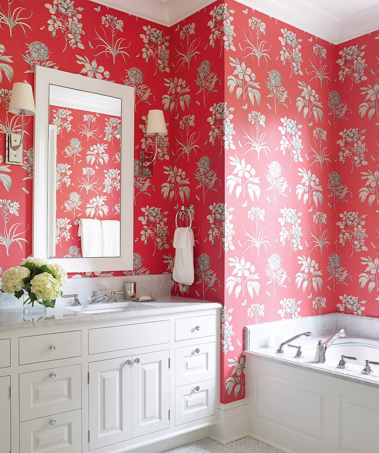 A pink floral-printed bathroom/Photography: Tria Giovan