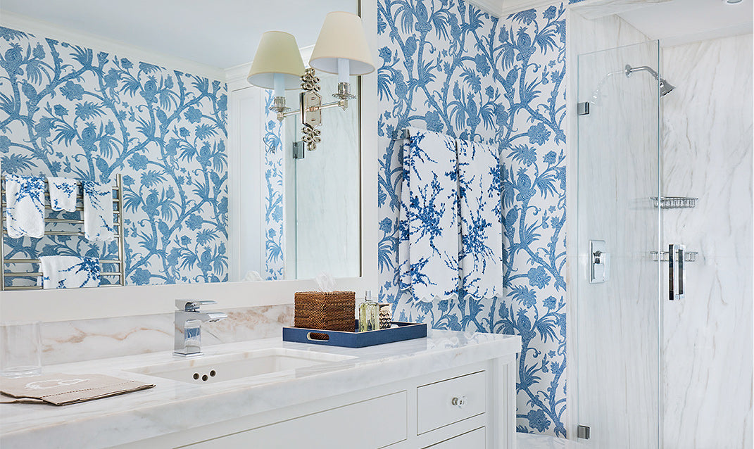 A bright blue and white bathroom/Photography: Brantley Photography