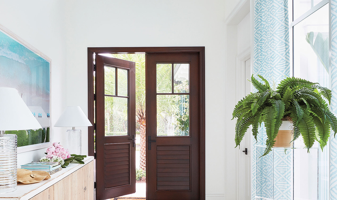 An airy entryway in a Florida home/Photographer: Brantley Photograph/Benjamin Moore's Chantilly Lace white paint appears in a Jupiter, Florida, home designed by Kara Miller of Kara Miller Interiors.