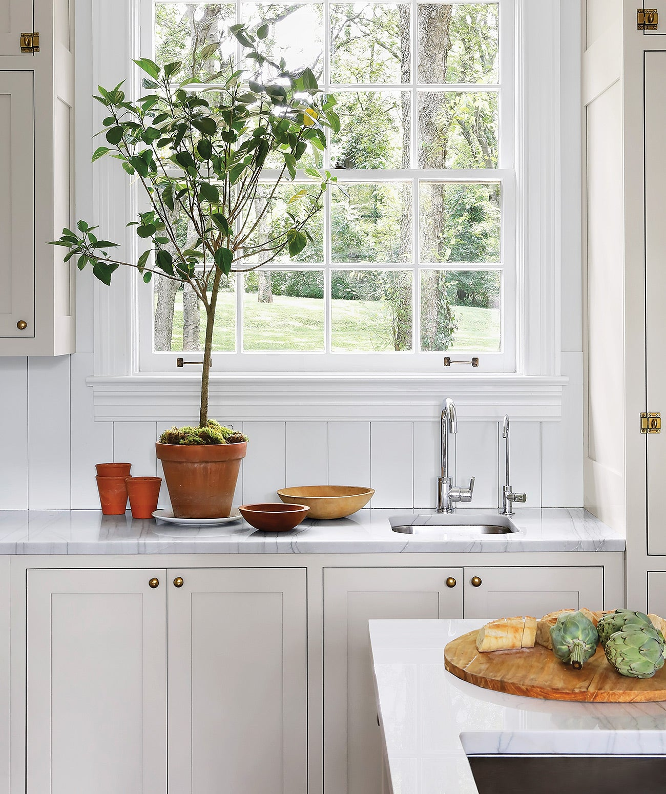 A bright white kitchen/Photography: Stephanie Sabbe/The wall paneling in this Nashville kitchen is painted in Benjamin Moore's Chantilly Lace.