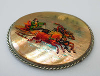 "Large hand-painted Russian ""troika"" scene brooch pin on mother of pearl. Signed and dated. - Baba Store EU - 2"